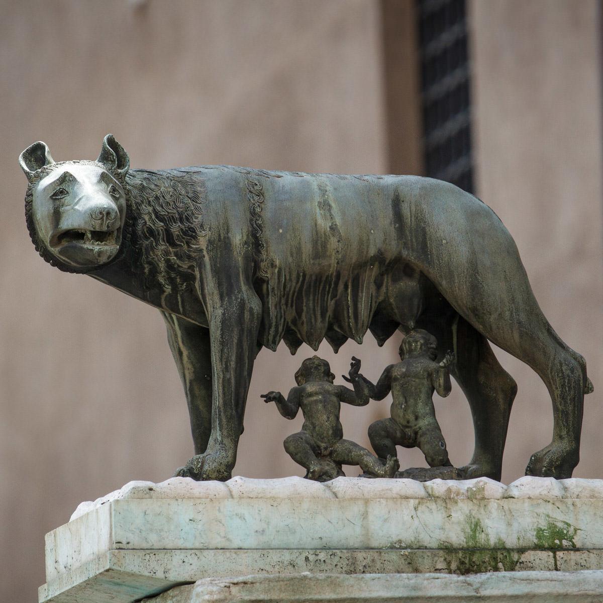 Die Wölfin säugt Remus und Romulus. Bis ins 17. Jahrhundert war Latein Weltsprache.